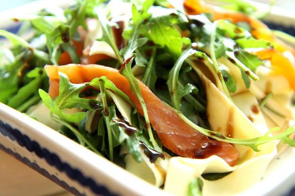 Makaronowa sałatka z rukolą i wędzonym łososiem 2