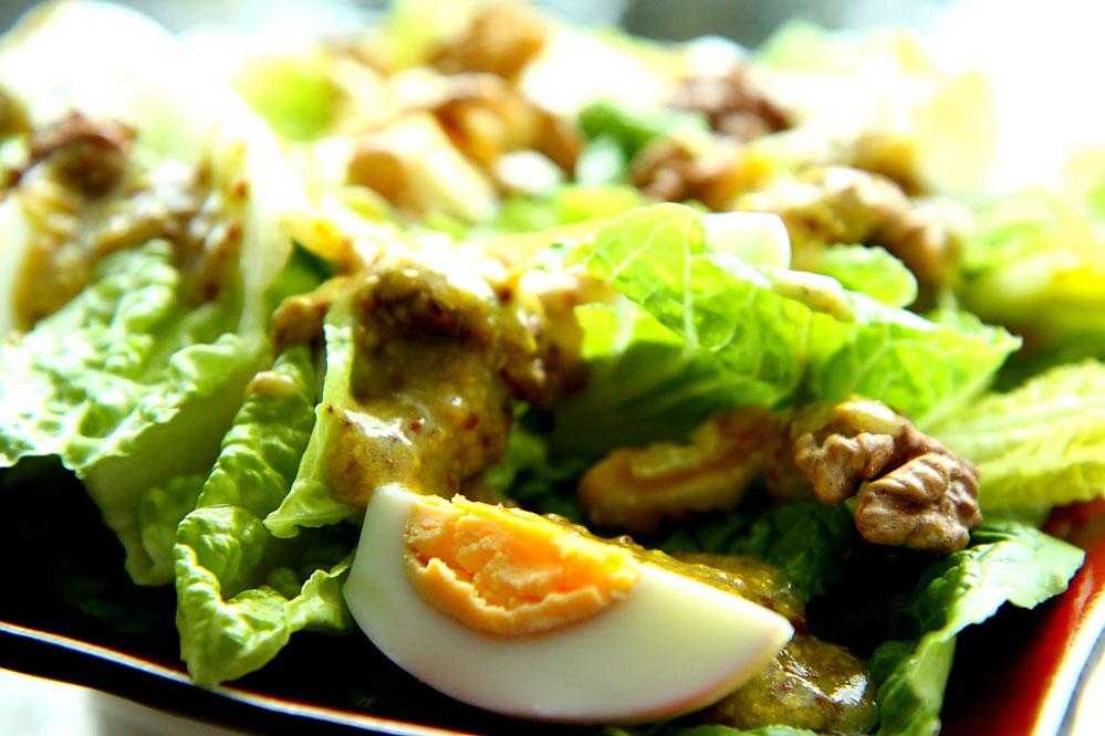 Jajka z orzechami włoskimi na sałacie rzymskiej 2