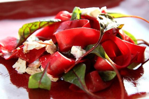 Rubinowy makaron papardelle z fetą i botwinką 21
