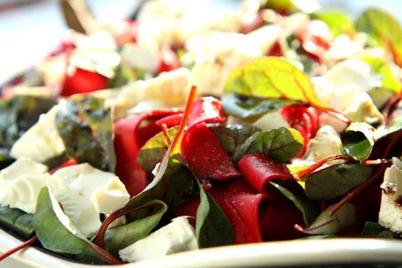 Rubinowy makaron papardelle z fetą i botwinką 8