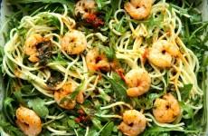Sałatka z rukoli, krewetek i spaghetti 1 MAIN