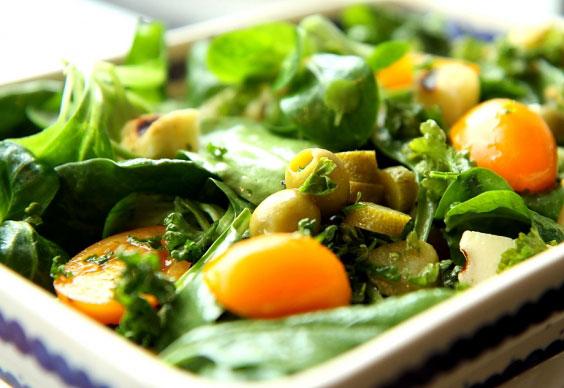Zielona sałatka z grillowanym serem 10