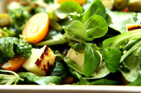 Zielona sałatka z grillowanym serem 8