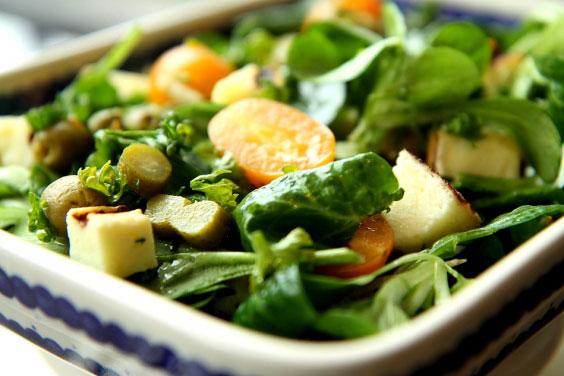 Zielona sałatka z grillowanym serem 9
