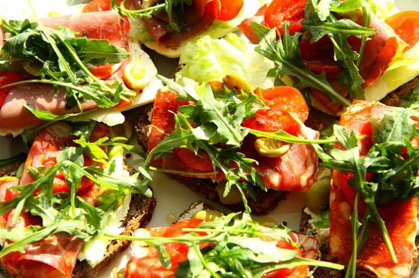 Kanapki razowiec z serem, chorizo, szynką wołową i kolorowymi warzywami 1 MAIN