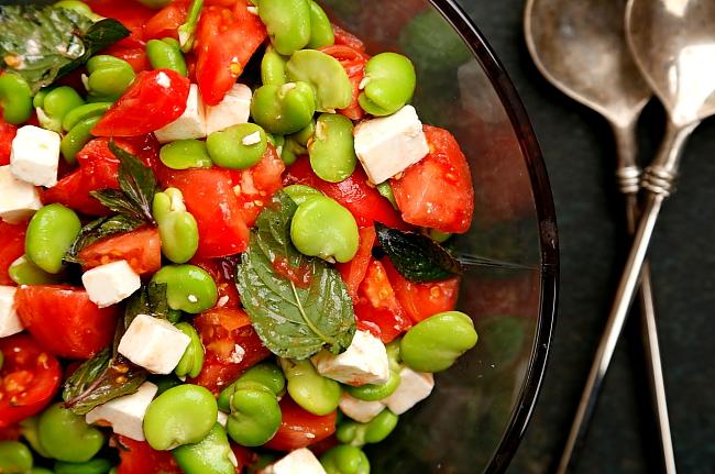 Sałatka z bobu, fety i pomidorów malinowych