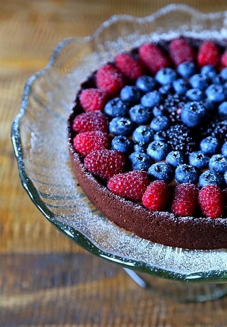 Ciasto czekoladowe z owocami leśnymi na daktylowym spodzie bezglutenowe