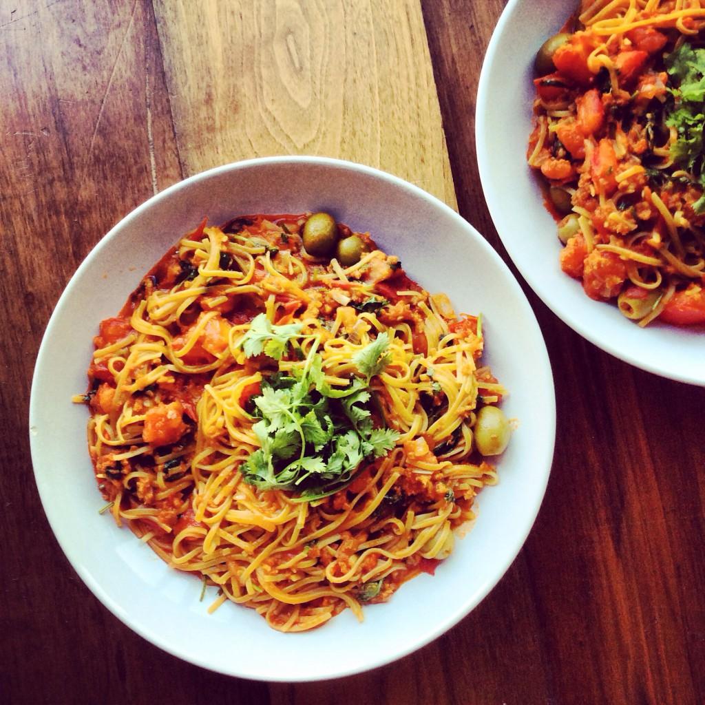 Makaron z mięsnym sosem pomidorowym i oliwkami