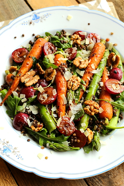 Sałatka z pieczonych marchewek i szparagów
