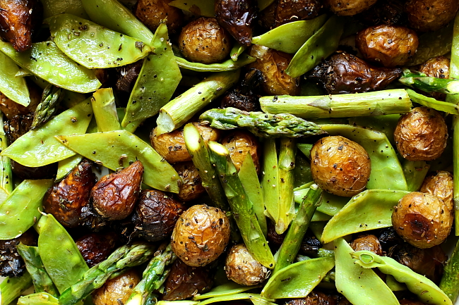Młode ziemniaki i buraki pieczone ze szparagami
