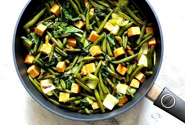 Tofu z fasolką szparagową i pak choi
