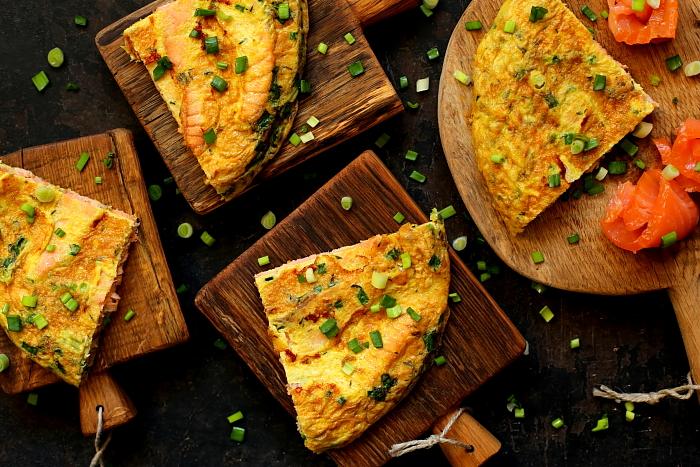 Omlet z wędzonym łososiem