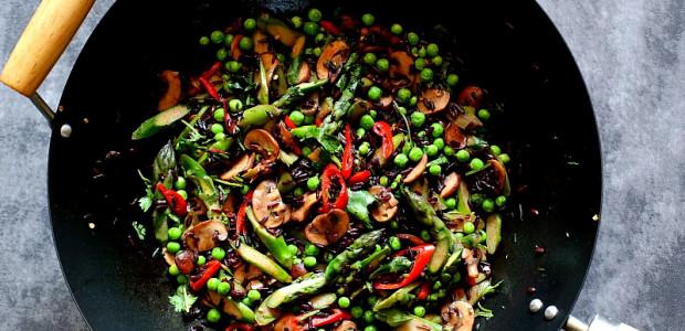 Stir-fry ze szparagami, świeżym groszkiem i brązowymi pieczarkami
