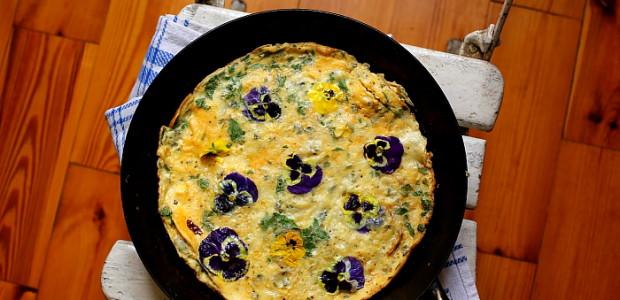 Omlet z bratkami i serem pleśniowym