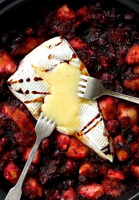 Brie zapiekany z jabłkiem i żurawiną