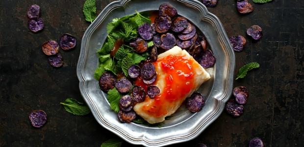 Dorsz z chipsami z fioletowych ziemniaków