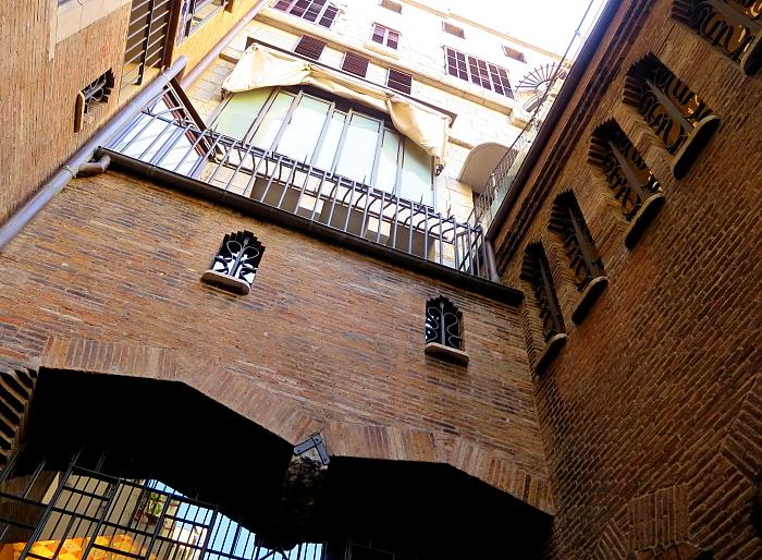 Barcelona - Gaudi L_62