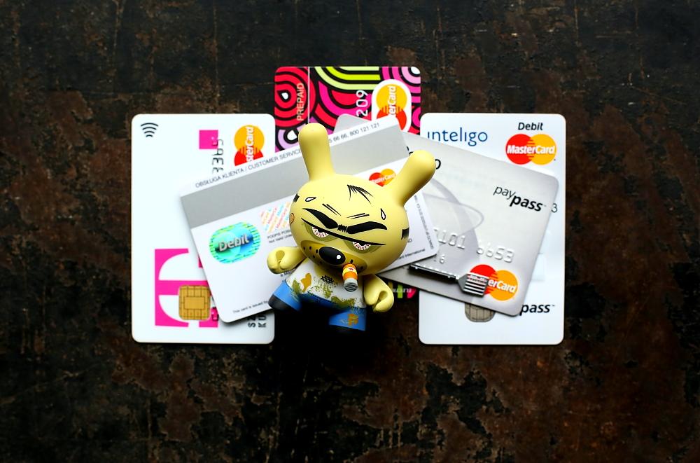 Bezpieczne wypłaty za granicą. Mastercard Debit Maestro Debit.