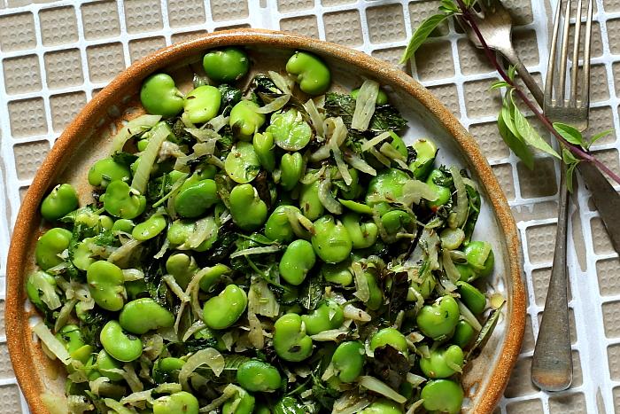 Bób duszony z fenkułem, ziołami i boquerones