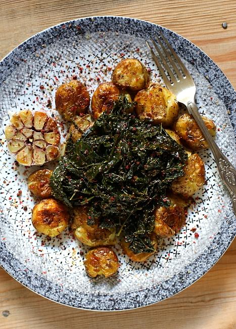 Cavolo nero z pieczonymi ziemniakami