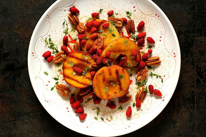 Grillowane brzoskwinie z poziomkami i miodem tymiankowym