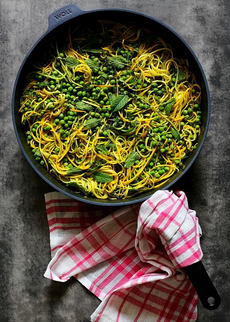 Spaghetti z cukinii z zielonym groszkiem