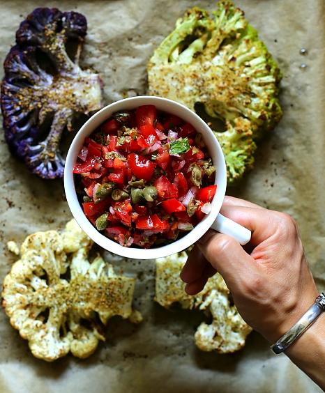 Pieczony kalafior i salsa z pomidorów. Steki z kalafiora.
