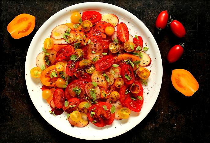 Brzoskwinie z pomidorami - doskonała sałatka na lato