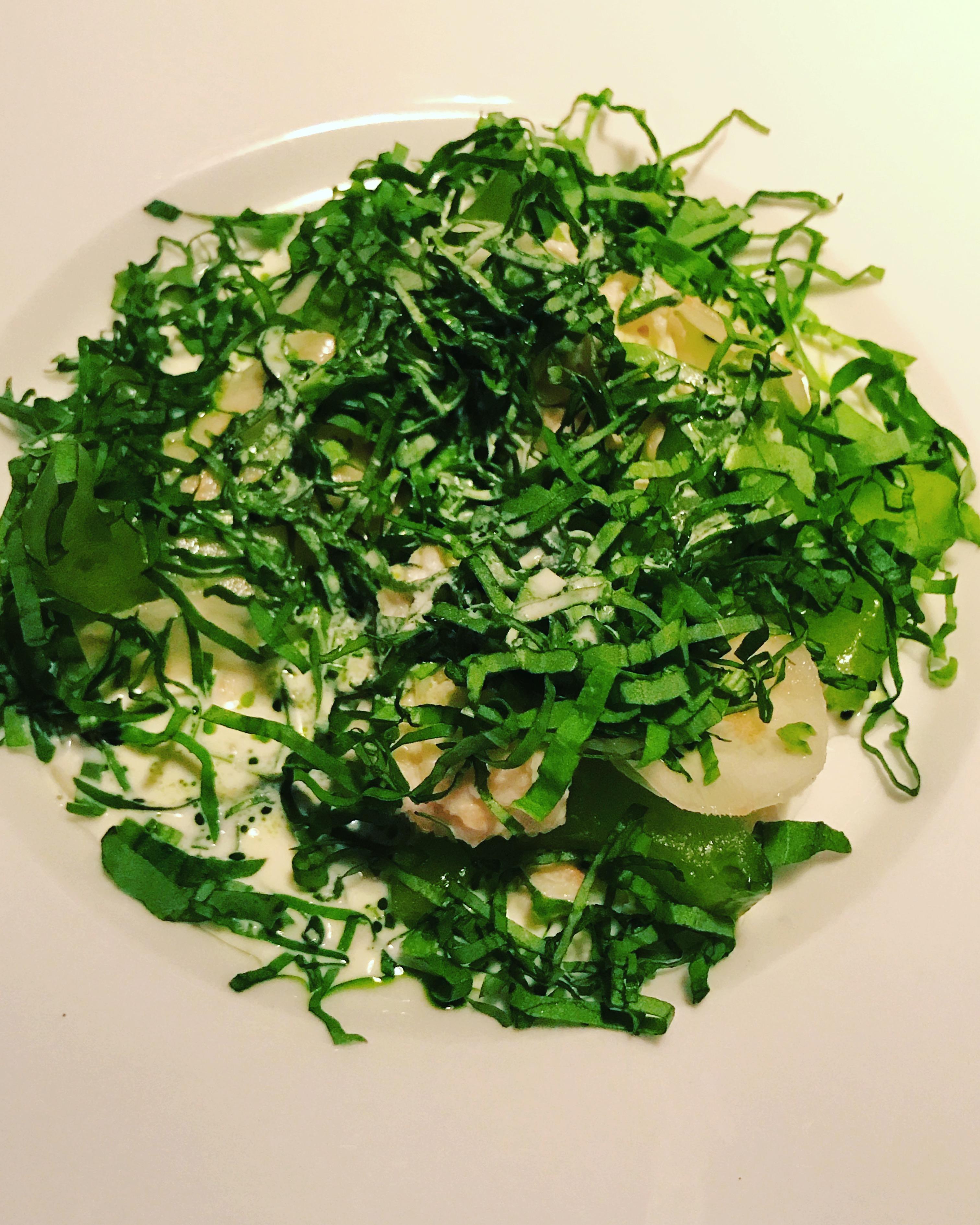 Brązowy krab z kwaśną śmietaną, selerem, kalarepą i ziołami