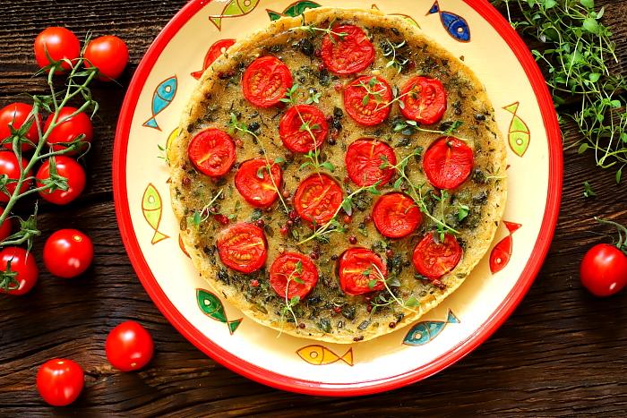 Farinata z mąki ryżowej pomidorkami koktajlowymi