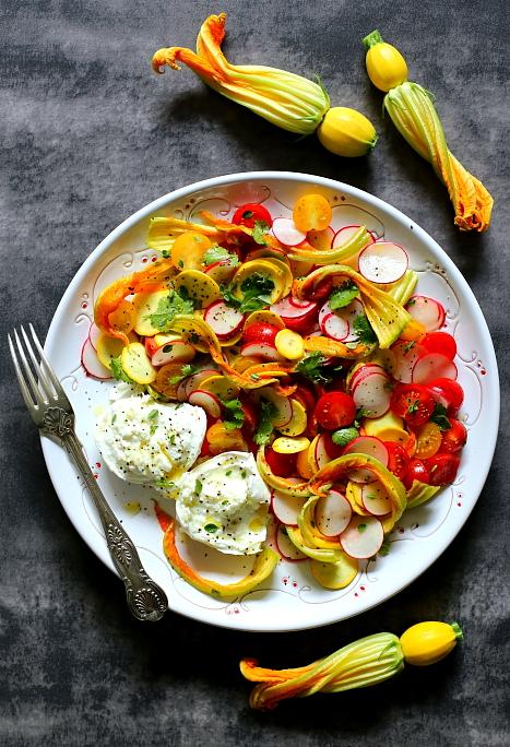 Mozzarella z pomidorami i kwiatami cukinii