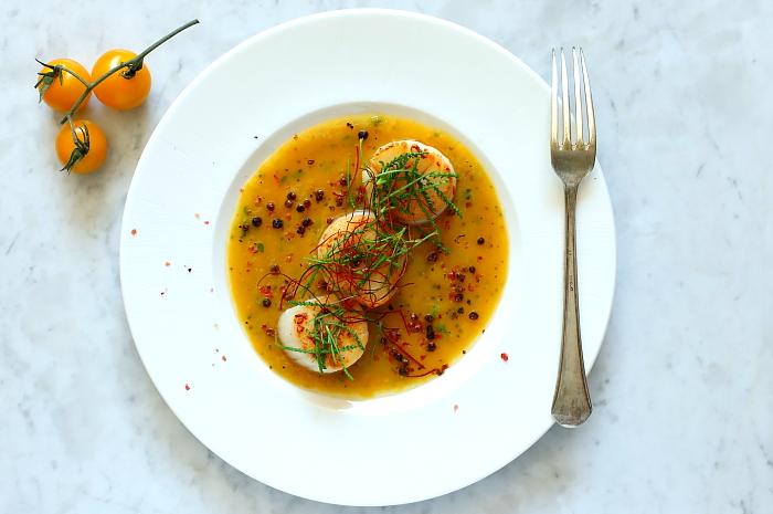 Przegrzebki w sosie z żółtych pomidorów