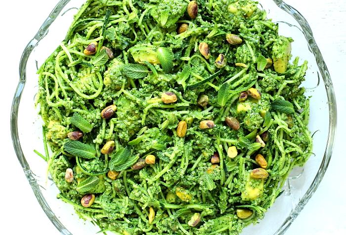 Sałatka z cukinii i awokado z pistacjowym pesto