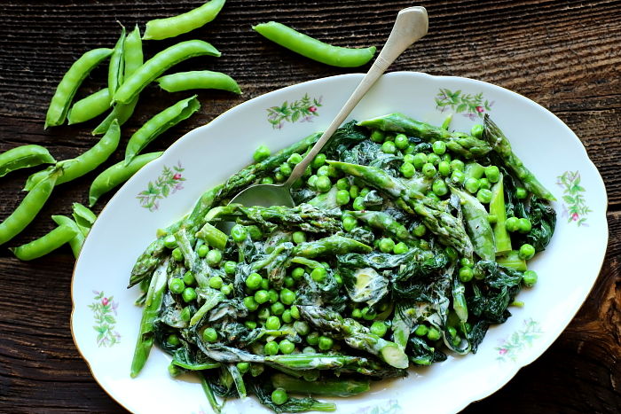 Zielone warzywa z dressingiem jogurtowym
