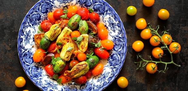 Kwiaty cukinii z pomidorkami koktajlowymi
