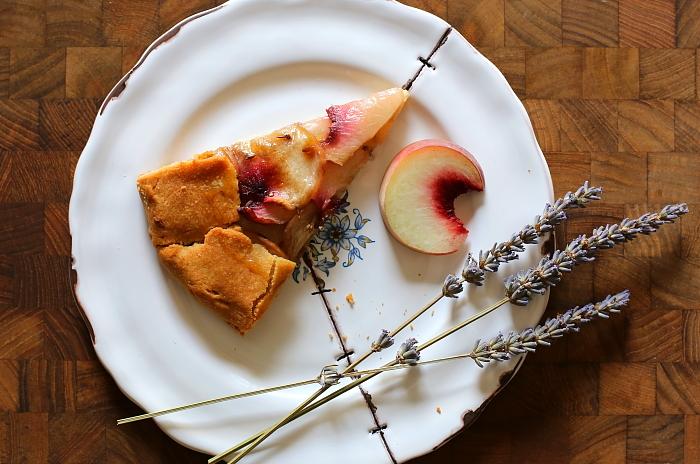 Galette z brzoskwiniami i lawendą