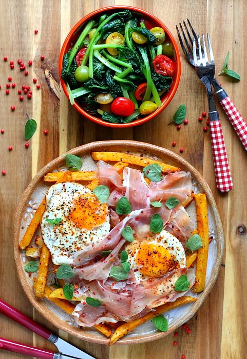 Frytki pieczone z jajkiem i prosciutto