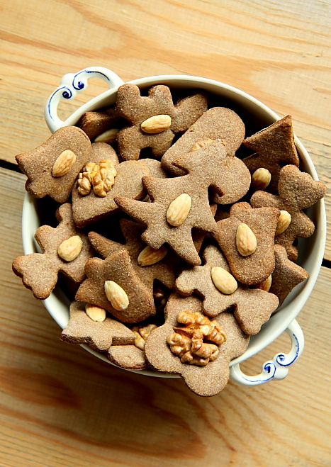 Kruche ciasteczka maślane z orzechami -