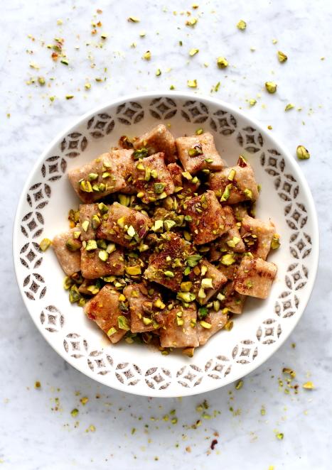 Leniwe pierogi z masłem cynamonowym i pistacjami