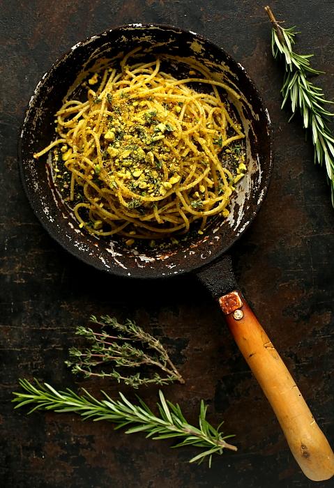 Spaghetti pangrattato z pistacjową kruszonką