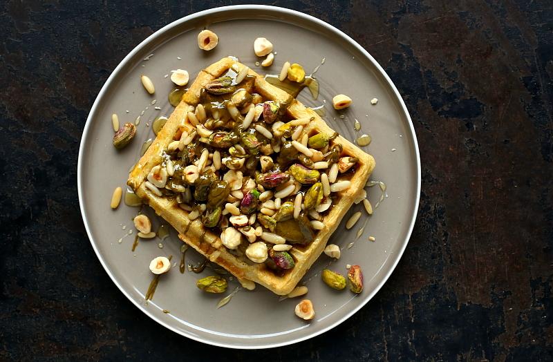 Gofry z orzechami i masłem pistacjowym