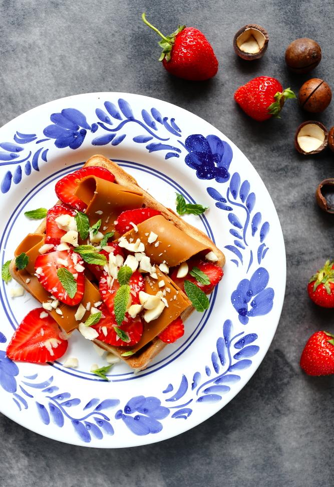 Gofry z mąki kasztanowej z truskawkami