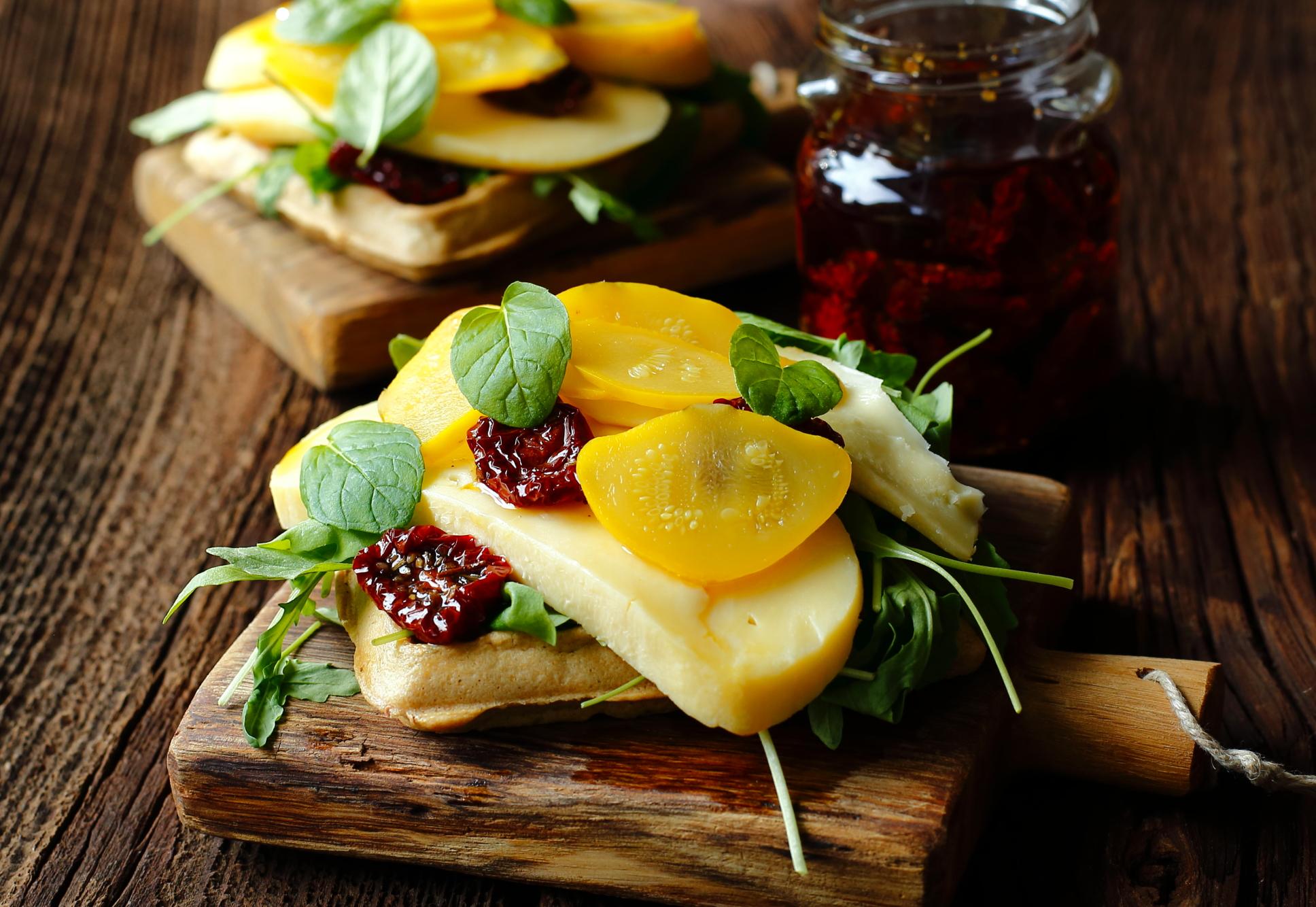 Wytrawne gofry z serem i kiszonymi patisonami