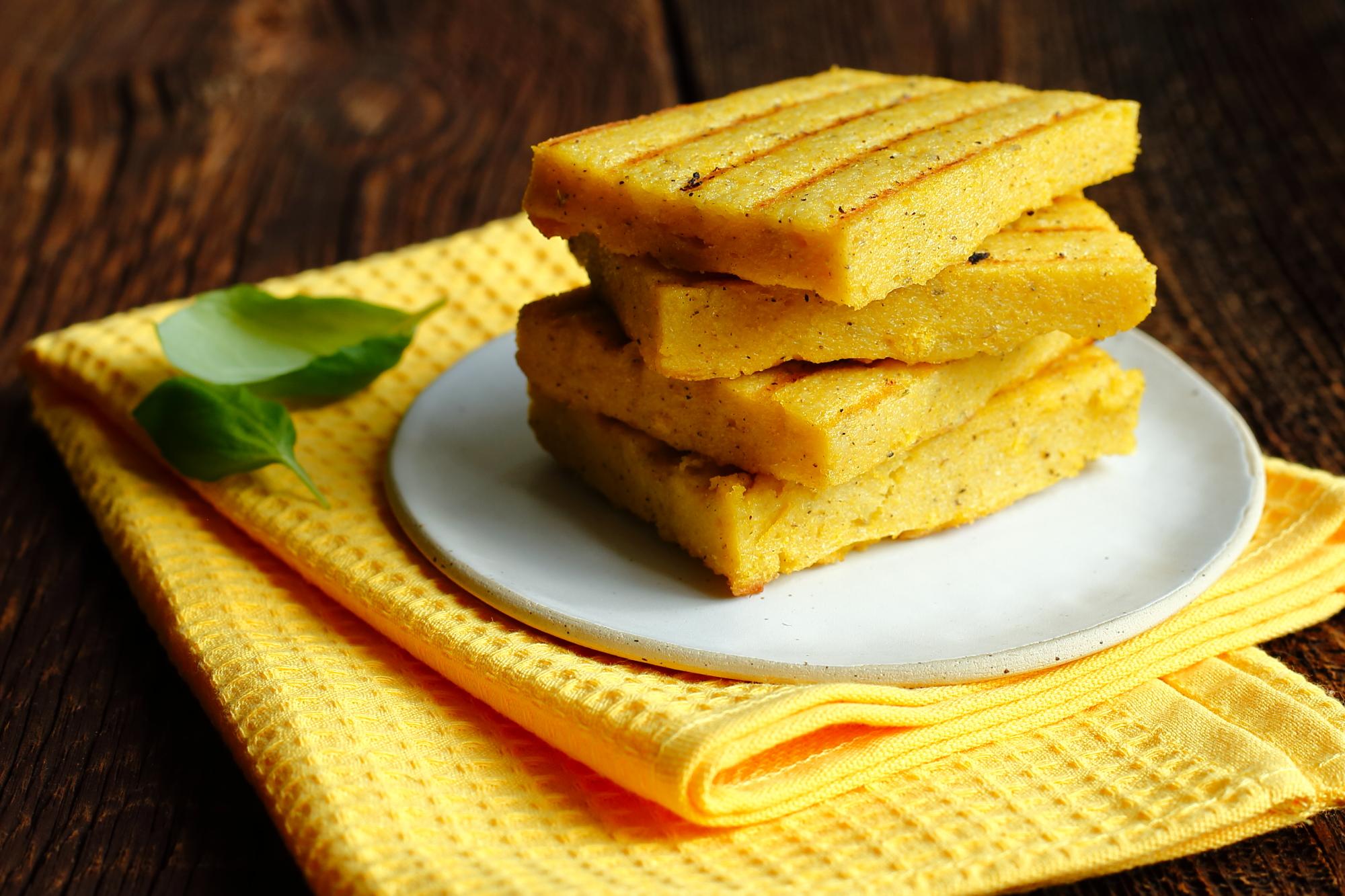 Grillowana polenta z serem i konfiturą