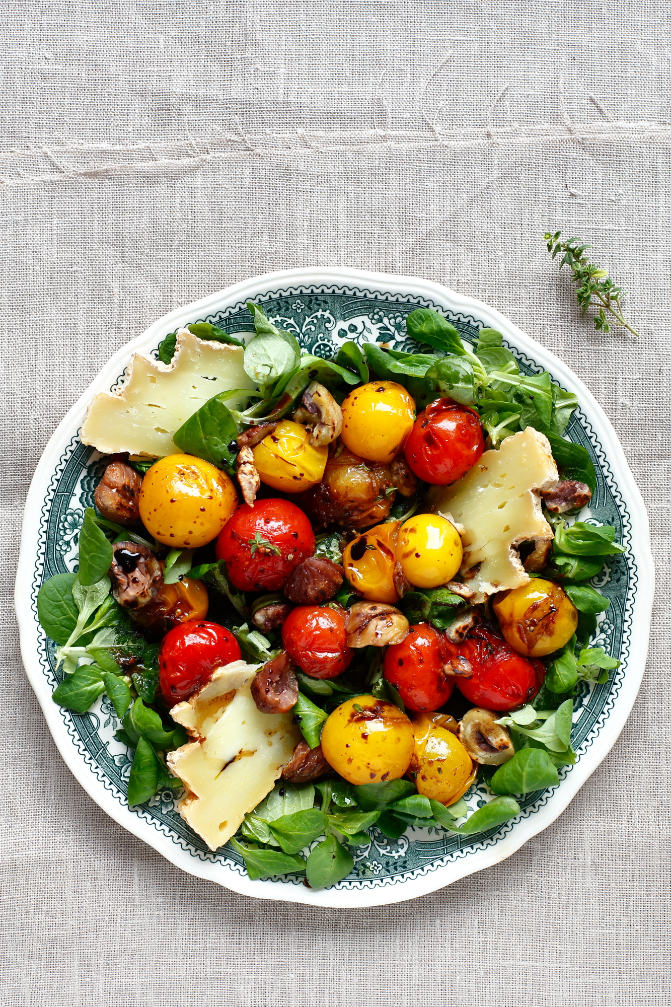 Sałatka z kasztanami i smażonymi pomidorkami koktajlowymi