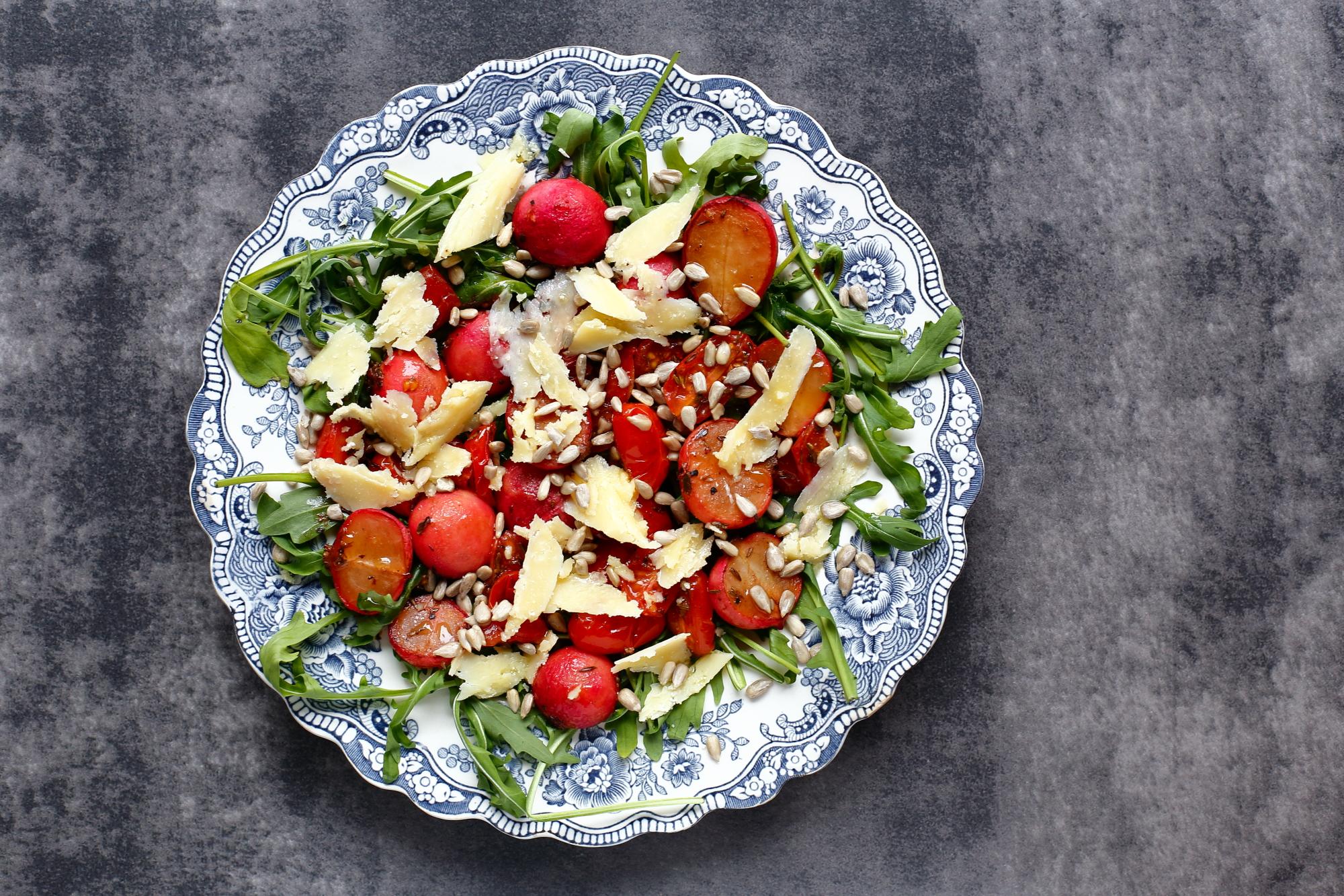 Sałatka z pieczonych rzodkiewek i pomidorków