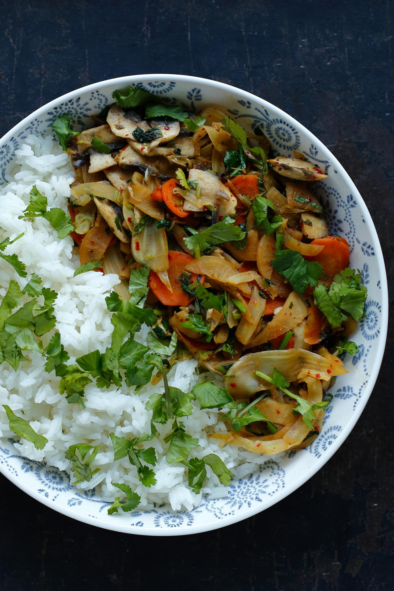 Smażone warzywa z kimchi i ryżem