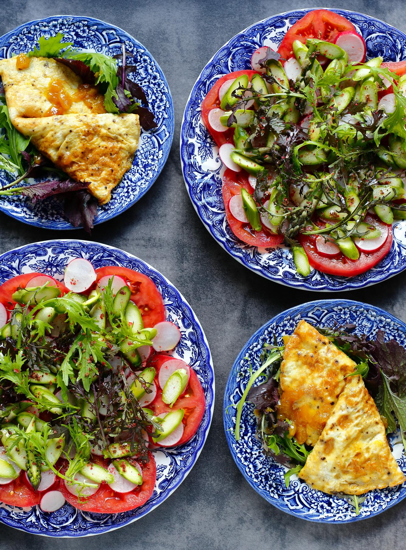 Omlet z musztardą i sałatka z surowych szparagów