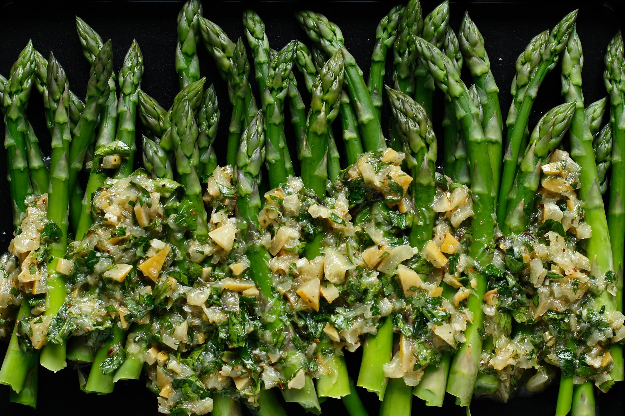Szparagi w sosie z kiszonych cytryn