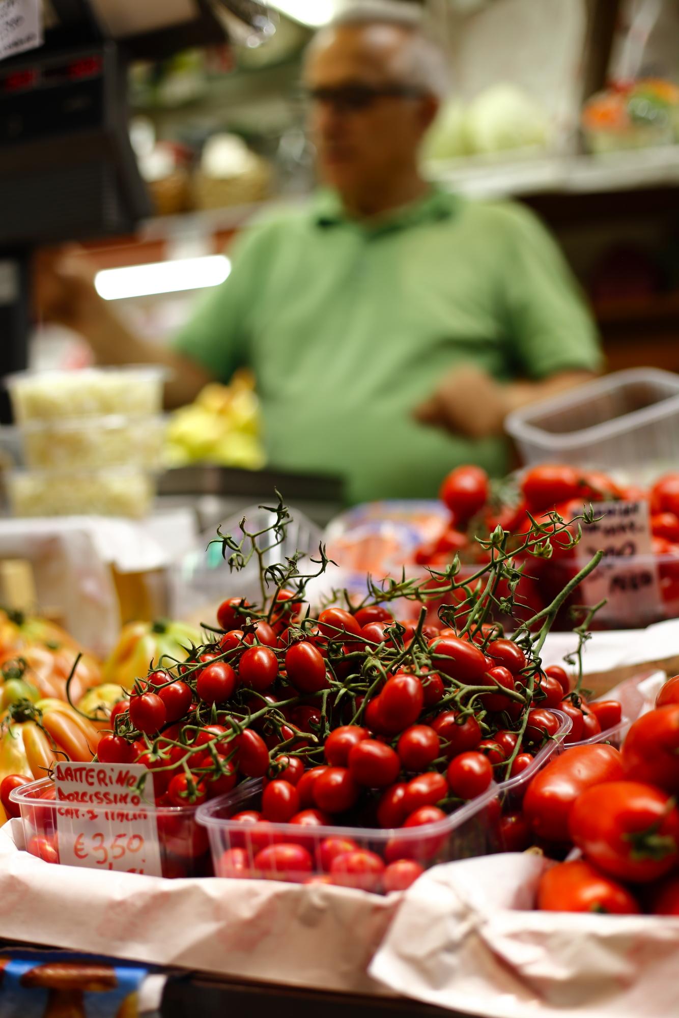 Olej z domowej prasy i burrata z pomidorami
